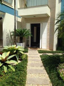 עיצוב גינה בכניסה לבית