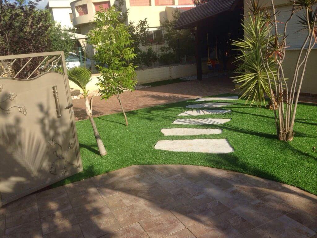דשא סינטטי בכניסה לבית